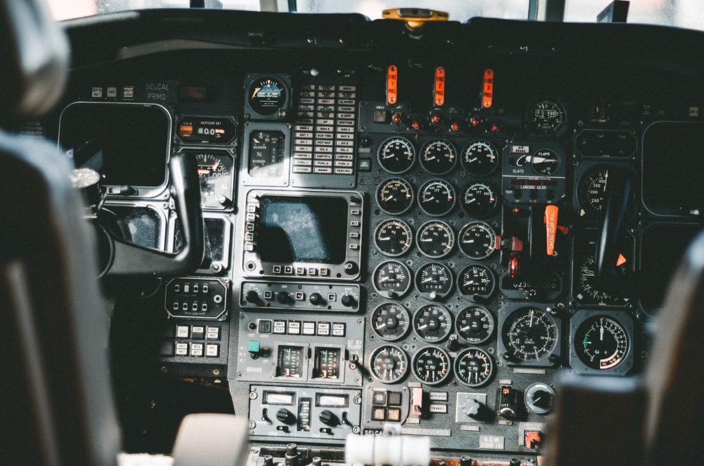 tableau de bord : le cockpit d'une avion : toujours inspiré du cockpit?